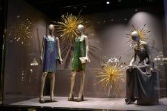 在圣诞节假日装饰的古驰时尚精品店的窗口 库存照片
