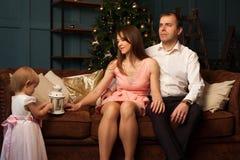 在圣诞节内部的愉快的白种人家庭 库存照片