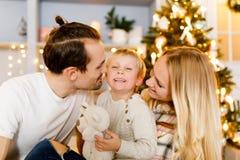 在圣诞节内部的美丽的家庭 免版税库存照片