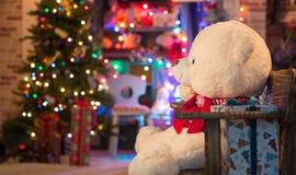 在圣诞节内部的软的玩具 库存图片
