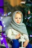 在圣诞节冷杉木附近的女孩 库存照片