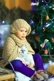 在圣诞节冷杉木附近的女孩 免版税库存图片