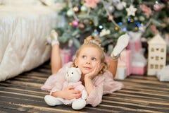 在圣诞节冷杉木附近的小女孩 库存图片