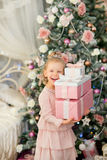 在圣诞节冷杉木附近的小女孩 图库摄影