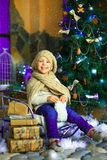 在圣诞节冷杉木1附近的女孩 免版税库存图片