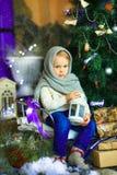 在圣诞节冷杉木9附近的女孩 库存照片
