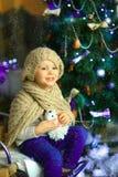 在圣诞节冷杉木4附近的女孩 库存图片
