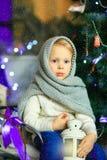 在圣诞节冷杉木11附近的女孩 免版税库存图片