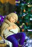 在圣诞节冷杉木3附近的女孩 库存图片