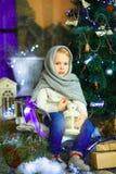 在圣诞节冷杉木10附近的女孩 图库摄影