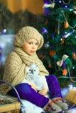 在圣诞节冷杉木6附近的女孩 库存图片