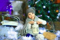 在圣诞节冷杉木8附近的女孩 免版税库存图片
