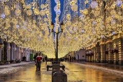 在圣诞节和新年假日装饰的Nikolskaya街道,莫斯科期间 免版税图库摄影
