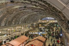 在圣诞节季节期间,用被带领的光装饰的斯德哥尔摩中央驻地的通勤者 免版税库存图片