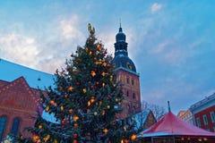 在圣诞节市场上照亮的有启发性圣诞树 图库摄影