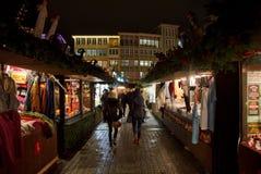在圣诞节市场上的一个走道 图库摄影