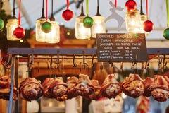 在圣诞节市场上的可口烤猪肉 库存照片