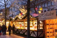 在圣诞节市场上的有启发性圣诞节公平的报亭在杜伊斯堡 免版税库存图片
