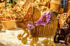 在圣诞节市场上的秸杆孩子儿童车、拖拉机和其他秸杆纪念品 库存照片