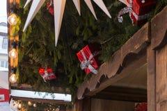 在圣诞节市场上的降雪与光灯和装饰 库存图片