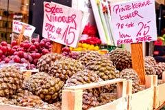 在圣诞节市场上的雪松锥体在奥尔胡斯,丹麦 免版税库存照片