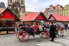 在圣诞节市场期间,教练在布拉格老镇中心  免版税库存图片