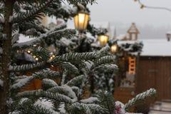 在圣诞节市场的降雪出现的12月2日 免版税库存照片