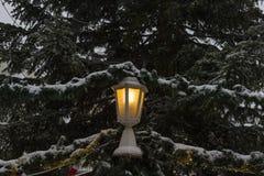 在圣诞节市场的降雪出现的12月2日 免版税库存图片