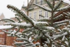 在圣诞节市场的降雪出现的12月 图库摄影