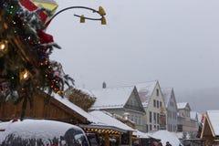 在圣诞节市场的降雪出现的12月 库存图片