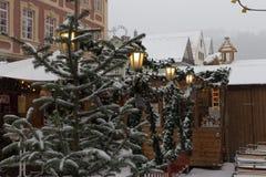 在圣诞节市场的降雪出现的12月 库存照片
