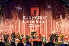 在圣诞节市场自由音乐会街市布加勒斯特市的人聚集 库存图片