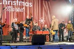 在圣诞节市场自由音乐会街市布加勒斯特市的人聚集 免版税库存照片