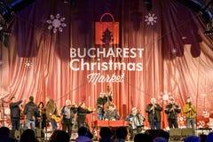 在圣诞节市场自由音乐会街市布加勒斯特市的人聚集 库存照片