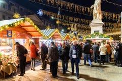 在圣诞节市场街市布加勒斯特市的人聚集 免版税图库摄影