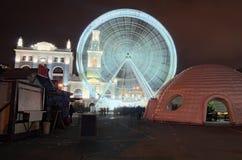 在圣诞节市场` s的大弗累斯大转轮在Kontraktova广场在Kyiv,乌克兰 冬天晚上视图 免版税图库摄影