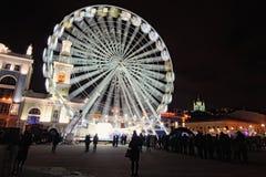 在圣诞节市场` s的大弗累斯大转轮在Kontraktova广场在Kyiv,乌克兰 冬天晚上视图 免版税库存照片