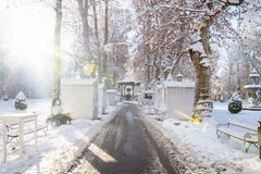 在圣诞节市场Zrinjevac公园的Foodstalls在萨格勒布在冬天一个晴天,克罗地亚,欧洲 库存图片