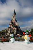 在圣诞节庆祝期间的迪斯尼乐园巴黎城堡 免版税库存照片