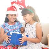 在圣诞节心情的愉快的印地安家庭 库存图片