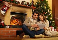 在圣诞节房子内部的夫妇 免版税库存照片