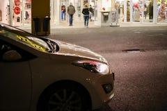 在圣诞节时间的商城与在繁忙的路的交通 图库摄影