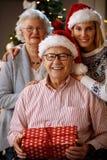 在圣诞节时间的家庭 免版税库存图片