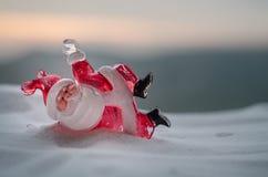 在圣诞节时间的愉快的圣诞老人玩偶与树和雪 被弄脏的室外背景 圣诞老人和圣诞快乐模型fi 库存图片