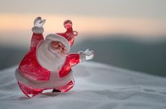 在圣诞节时间的愉快的圣诞老人玩偶与树和雪 被弄脏的室外背景 圣诞老人和圣诞快乐模型fi 免版税库存图片