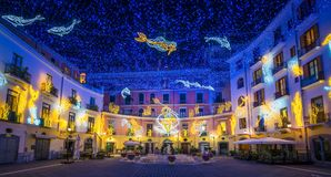 在圣诞节时间,褶皱藻属,意大利,惊人的` Luci d ` Artista `艺术家在萨莱诺点燃 图库摄影