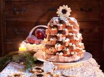 在圣诞节时间的圣诞树Pandoro 免版税库存图片