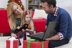 在圣诞节时间的愉快的家庭 免版税库存图片