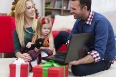 在圣诞节时间的愉快的家庭 免版税库存照片