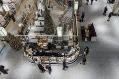 在圣诞节时间的购物画廊 库存图片